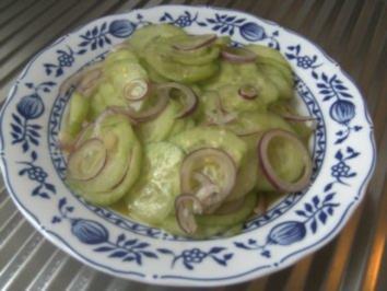 Gurkensalat  in Balsamico-Dressing und roten Zwiebeln - Rezept