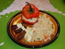 Mit Couscous gefüllte Paprika, dazu Cevapcici und Honig-Senf-Sauce - Rezept