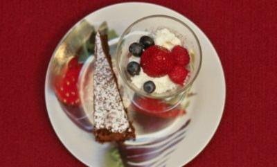 Schokoladenkuchen und Topfencreme mit Beeren (Hildegard Krekel) - Rezept
