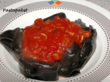 Schwarze Lachs-Tortellini mit Tomatensauce - Rezept