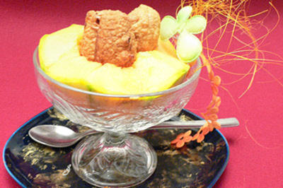 Honigmelone gefüllt mit in Eierteig frittierten Datteln - Rezept
