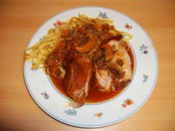 Rezept: Schweinebraten mit Knoblauch gespickt in Champignonsoße