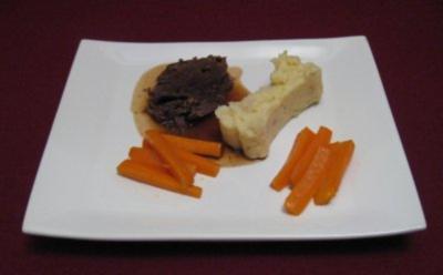 Rinderschmorbraten mit glasierten Karotten und Salbei-Kartoffelpüree - Rezept