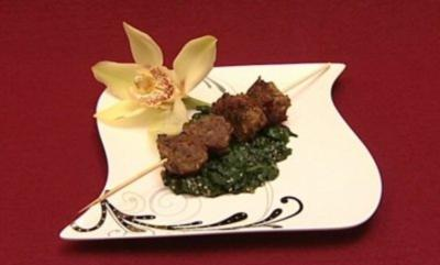 Asiatische Hackfleischbällchen am Spieß mit Sesamspinat - Rezept