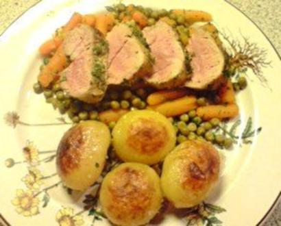 Filet vom Schwein auf Gemüsebett mit Röstkartoffeln - Rezept