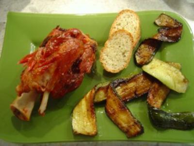 Schweinshaxe mit gebratenen Zucchinischeiben - Rezept