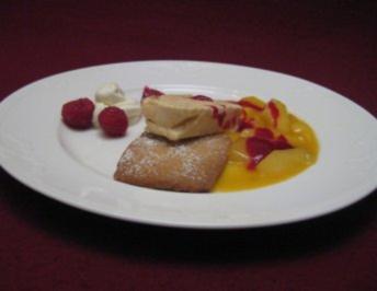 Krokant-Parfait mit Walnussplätzchen und Fruchtsoße - Rezept