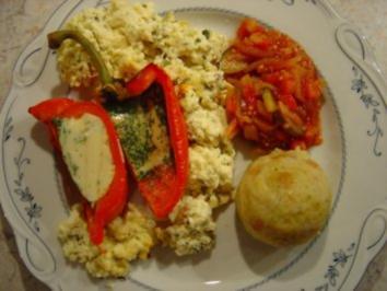 Paprika-Schiffchen mit Kräuterrührei - Rezept