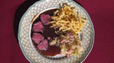 Rezept: Rehrücken mit Maronenkruste, Spitzkohl und Spätzle