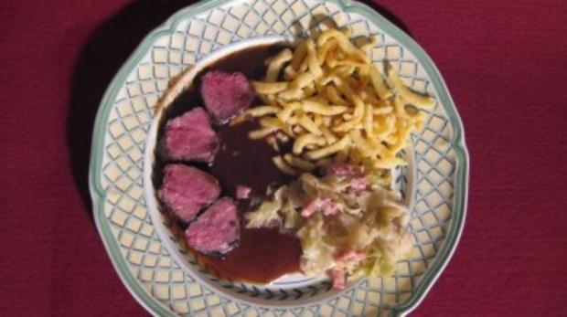 Rehrücken mit Maronenkruste, Spitzkohl und Spätzle - Rezept