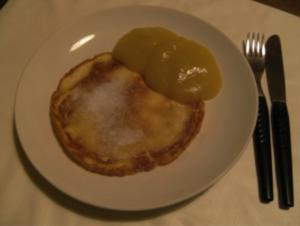 DESSERT - Eierkuchen mit Zucker und Apfelmus - Rezept
