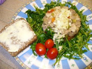 Hausgemachte Sülze auf Rukolasalat - Rezept