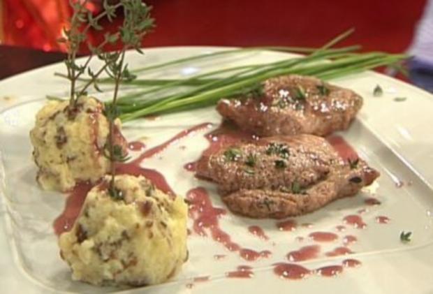 Wildschweinrücken mit Sauerkirschsoße und Schwarzbrotknödel (Olivia Jones) - Rezept