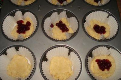 Muffins mit Preiselbeerfüllung und Streusel - Rezept