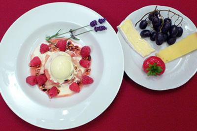 Gebratener weißer Pfirsich mit Lavendelblüteneis und Pinienhonigsirup - Rezept