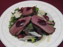 Lauwarme Entenbrust auf herbstlichem Salat mit Trauben und Parmesan - Rezept
