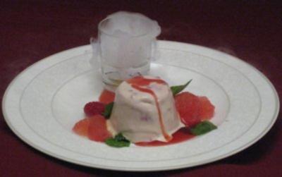 Himbeerparfait mit frischen Pink-Grapefruit-Filets im Küstennebel - Rezept