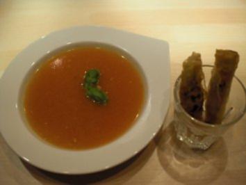 Tomaten-Ingwer-Suppe mit Garnelenröllchen - Rezept