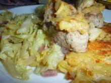 Schweinemedailons mit Chinakohlgemüse und Kartoffel-Käse-Puffer - Rezept