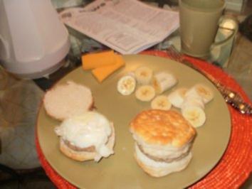 Was Amerika isst :Fruehstueck Biscuits mit Bratwursthack und Eier kann auch noch ein Stueck Kaese drauf geben- Ein beliebtes Essen vom McDonalds in Amerika - Rezept