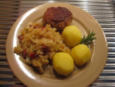 Weißkrautpfanne mit Frikadellen und Salzkartoffeln - Rezept