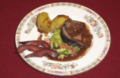 Wildschweinbraten mit Rotwein-Printen-Soße auf Wirsingbett und Hochepot - Rezept