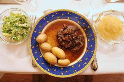 Rheinischer Sauerbraten mit Apfelmus, Salat und neuen Kartoffeln - Rezept