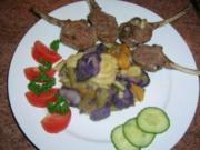 Blau-weißer lauwarmer Kartoffelsalat mit eingelgten Lammkoteletts - Rezept
