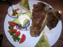 T-Bone Steak mit Baked Potatoes, Sour Cream und gemischtem Salat - Rezept