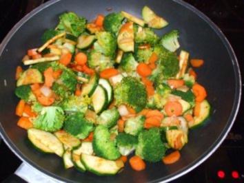 Bunte Gemüsepfanne mit Tomatensauce - Rezept