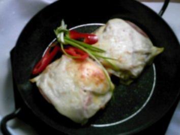 Selbstgemachte Kartoffelpuffer überbacken mit Tomaten, Schinken und Käse - Rezept