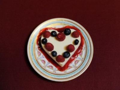 Weißes Schokoladenherz mit Beeren (Cornelia Corba) - Rezept