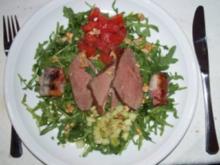 Entenbrust auf Ruccola, Gurken- und Tomatenwürfel, Walnuß-Bacon-Backpflaumen - Rezept