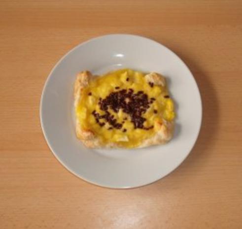 Paradiescreme mit Apfelstückchen auf Blätterteig - Rezept