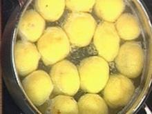 Knödelfertigteig mit Backobst und Pinienkernen gefüllt - Rezept
