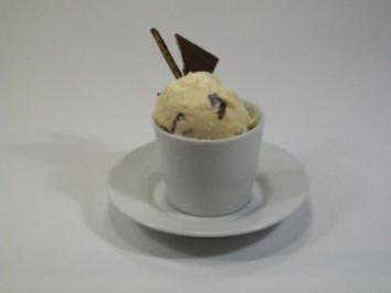 Rezept: Kokos-Eiscreme mit knackiger Schokolade