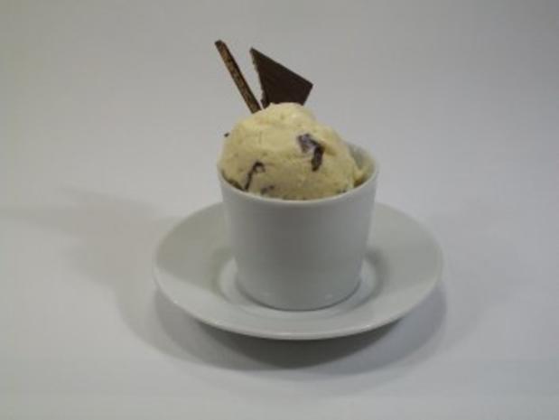 Kokos-Eiscreme mit knackiger Schokolade - Rezept