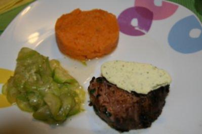 Rezept: Rinderfilet unter Schalotten-Kräuter-Kruste mit Cognac-Basilicum-Butter