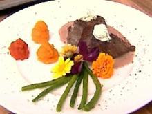 Kräutercremehäubchen auf Rinderfilet an Dreierlei von Süßkartoffelspitzen und grünem Gemüse - Rezept