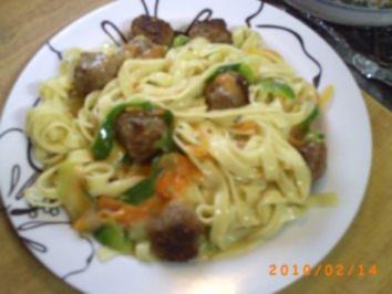 Hauptgericht: Hackklößchen auf Gemüse-Nudeln - Rezept