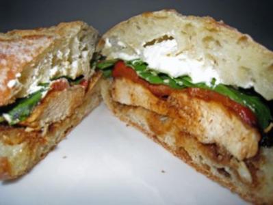 Sandwich mit glasierter Hühnerbrust, Ziegenkäse und gegrillter Paprika - Rezept
