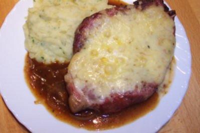 Rezept: Überbackener Kasslerkamm an Kartoffelpüree auf einer Zwiebelsauce