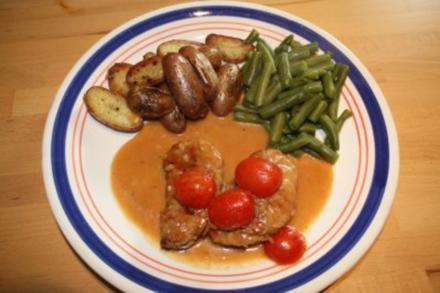 Schweinemedaillons im Speckmantel an Rosmarinkartoffeln und grünen Bohnen - Rezept