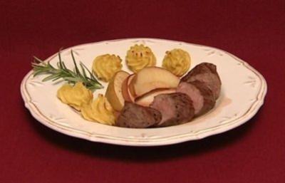 Rehfilet mit Hagebuttensoße dazu Herzoginnenkartoffeln und Bratäpfel (Mirjam Müntefering) - Rezept