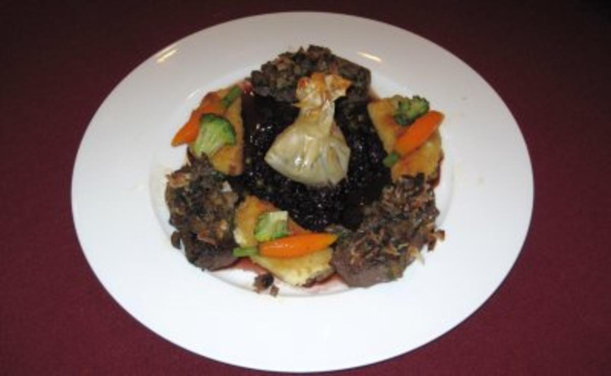 Hirschmedaillons mit Waldpilzkruste und Rotkohl an Pfeffersoße - Rezept von Das perfekte Dinner
