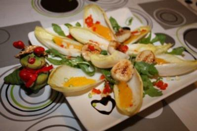 Rezept: Fruchtiger Chicoréesalat mit Jakobsmuscheln an Orangenvinaigrette