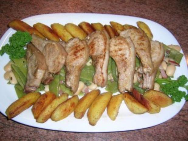 Spanferkelkoteletts mit gemischten  Bohnen und Potato Wedges - Rezept
