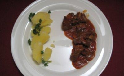 Rindergulasch mit Petersilienkartoffeln und Gurkensalat spezial - Rezept
