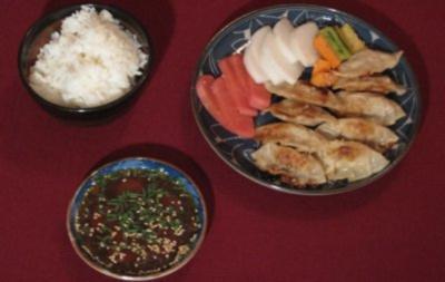 Gyoza mit Reis, Sojasoße, Zitrone und Tsukemono - Rezept