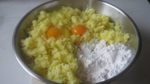 Gefüllte Kartoffel-Käseklöße mit Tomaten-Olivensoße und Bacon - Rezept - Bild Nr. 3